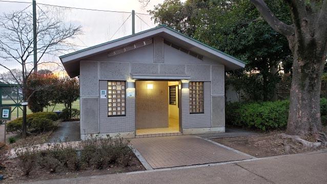 井草森公園-公衆トイレ-運動場前
