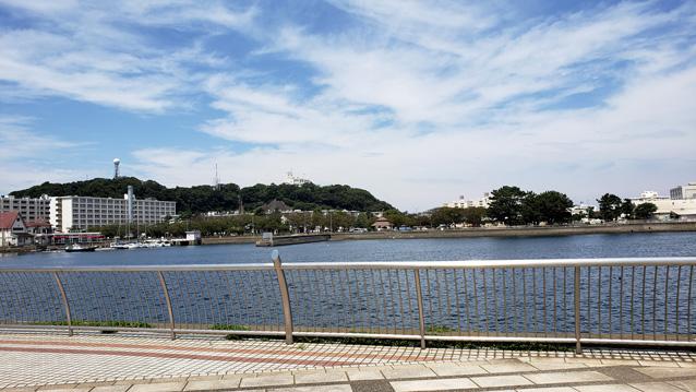 三笠公園-音楽噴水池-海
